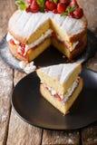Отрезанный крупный план торта губки Виктории на плите вертикально стоковое изображение