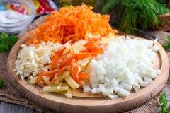 Отрезанный лук, морковь, болгарский перец на разделочной доске Стоковые Изображения RF