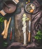 Отрезанный лук-порей на разделочной доске с ножом Суп овощей варя подготовку Вегетарианская еда и здоровая еда Стоковая Фотография RF