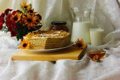 отрезанный мед торта Стоковые Фото