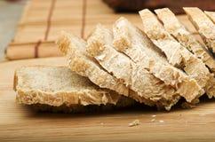 Отрезанный домодельный хлеб на предпосылке разделочной доски Стоковые Изображения