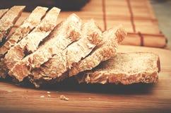 Отрезанный домодельный хлеб на предпосылке разделочной доски Стоковые Изображения RF