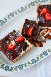 Отрезанный пирог клубники шоколада vegan Стоковые Изображения RF
