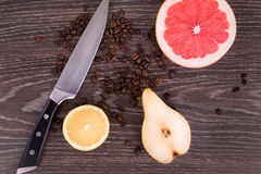 Отрезанный плодоовощ и нож на деревянной предпосылке Стоковое Изображение RF