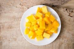 Отрезанный плодоовощ манго на белом блюде Стоковая Фотография RF