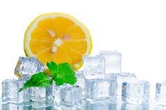 Отрезанный свежий апельсин в кубе льда и лист мяты стоковое изображение