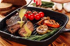 Отрезанный соус мустарда филея стейка говядины лить стоковое фото rf