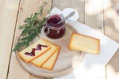 Отрезанный соус сыра и вишни на деревянной доске с укропом и розмариновым маслом Стоковая Фотография RF