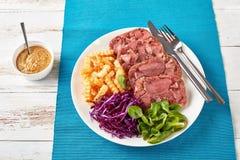 Отрезанный студень языка говядины с салатом стоковое изображение