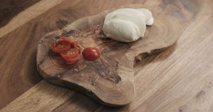 Отрезанный томат вишни на деревянной доске Стоковые Изображения
