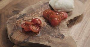Отрезанный томат вишни на деревянной доске Стоковое Изображение