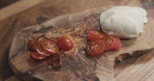 Отрезанный томат вишни на деревянной доске Стоковая Фотография RF