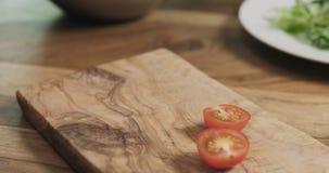Отрезанный томат вишни на деревянной доске Стоковое Изображение RF