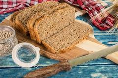 Отрезанный традиционный хлеб wholemeal стоковое фото rf