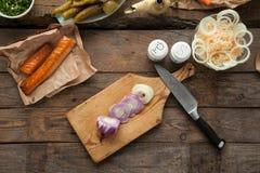 Отрезанный лук подготовил для варить обедающий с копчеными семгами Стоковые Изображения RF