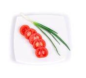 Отрезанный лук томата и весны Стоковое Изображение