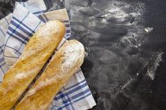 Отрезанный хлеб над темной каменной таблицей Взгляд сверху с космосом экземпляра свежий испеченный французский багет Стоковые Изображения