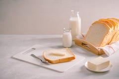 Отрезанный хлеб печет и умаслит на деревянном подносе завтрак просто стоковые фото