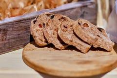Отрезанный хлеб рож на крупном плане разделочной доски стоковая фотография rf