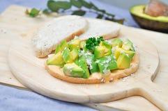 Отрезанный хлеб с авокадоом Стоковое Фото