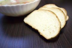 отрезанный хлеб ‹â€ ‹â€ на таблице стоковые фото