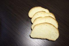 отрезанный хлеб ‹â€ ‹â€ на таблице стоковые фотографии rf