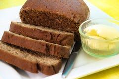 Отрезанный хлеб Rye на белой плите Стоковая Фотография RF