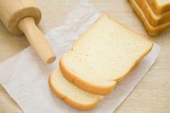 Отрезанный хлеб на бумаге выпечки стоковые изображения rf