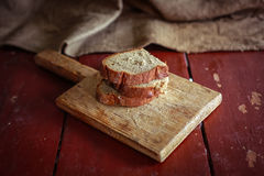 Отрезанный хлеб на разделочной доске Стоковое Изображение