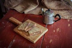 Отрезанный хлеб на разделочной доске Стоковое Изображение RF