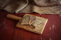Отрезанный хлеб на разделочной доске Стоковое Фото