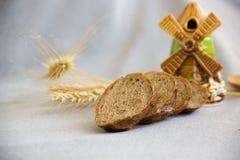 Отрезанный хлеб на серой предпосылке Стоковое Изображение RF