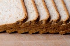 отрезанный хлеб доски Стоковая Фотография RF