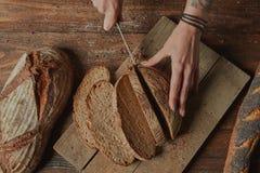 отрезанный хлеб доски Стоковая Фотография
