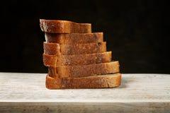 отрезанный хлеб доски Стоковые Фотографии RF