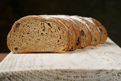 отрезанный хлеб доски Стоковые Изображения RF