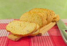 Отрезанный хлеб пшеницы на крупном плане разделочной доски Нож, красная салфетка Стоковая Фотография