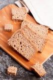 Отрезанный хлеб рож на крупном плане разделочной доски Стоковое Фото