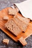 Отрезанный хлеб рож на крупном плане разделочной доски Стоковое Изображение