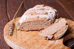 Отрезанный хлеб рож на крупном плане разделочной доски Стоковая Фотография