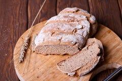 Отрезанный хлеб рож на крупном плане разделочной доски Стоковые Изображения RF