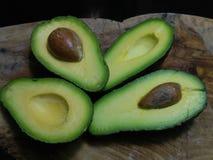 4 отрезанных половины авокадоа Стоковое Изображение RF