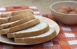 Отрезано хлеба пшеницы с яичками стоковая фотография