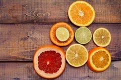Отрезано?? цитрусовые фрукты аранжированные в пирамидке Стоковое Изображение