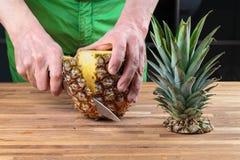 Отрезать ананас на разделочной доске дуба стоковая фотография rf