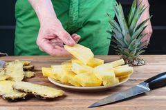 Отрезать ананас на разделочной доске дуба стоковая фотография