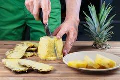 Отрезать ананас на разделочной доске дуба стоковые фотографии rf