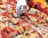 отрезать пиццы стоковые изображения rf
