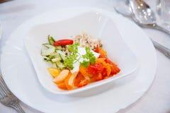 Отрезают овощи красиво на блюде белого квадрата Огурец, красный томат, красный болгарский перец, грудь цыпленка и пастбище петруш стоковое фото rf