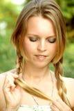 отрезки провода оплеток раскручивают детенышей женщины стоковая фотография rf